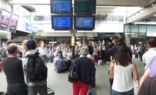 Des passagers attendent leur train à la gare Montparnasse, à Paris, pendant une panne, le 31 juillet 2017.