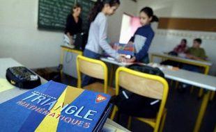 Des élèves prennent possession de leurs manuels scolaires, lors de la rentrée scolaire dans un collège