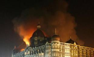 Smoke rises from the Taj Hotel in Mumbai November 27, 2008. Gunmen killed at least 80 people in a series of attacks in India's financial capital Mumbai and troops began moving into one of two five-star hotels on Thursday where Western hostages were being held, local television said. REUTERS/Arko Datta (INDIA)