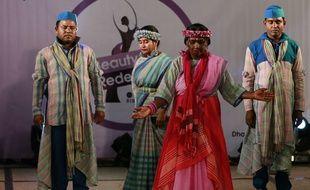 Une quinzaine de survivantes d'attaques à l'acide ont arpenté le podium à l'occasion d'un défilé de mode à Dacca, capitale du Bangladesh, en mars 2017.