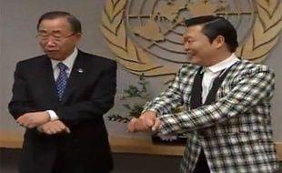 Capture d'écran d'un reportage de CNN montrant PSY enseignant le «Gangnam Style» à Ban Ki-moon, le 23 octobre 2012, au siège de l'ONU, à New York.