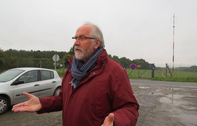 Derrière le maire Jean-Claude Lemasson, la route de la Bretagnerie - qui sera coupée - et le champ qui font partie de l'emprise induite par l'allongement de 400 mètres de la piste.