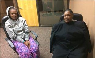 Jacqueline Graig et sa fille de 15 ans lors de leur passage au poste de police de Fort Worth.