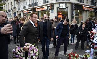 Arnold Schwarzenegger s'est recueilli devant le Bataclan en hommage aux victimes des attentats du 13 novembre, le 5 décembre 2015 à Paris.