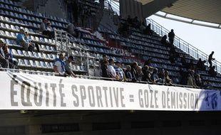 Des banderoles contre le président de la LNR Paul Goze ont été déployées à Montpellier à l'occasion du match contre le Racing 92, le 22 avril 2017.