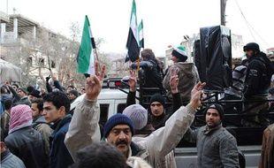 Des manifestants dans la ville de Zabadani, en Syrie, le 17 janvier 2012.