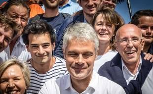 Laurent Wauquiez et Aurane Reihanian (à sa gauche), qu'il soutient pour la présidences des Jeunes Républicains, sur le Mont Mezenc le 3 septembre 2018.