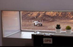 A robotic rover Une mission d'entraînement pour la planète Mars au cratère Ramon, à Mitzpe Ramon, dans le désert du sud du Néguev, en Israël, le 10 octobre 2021.