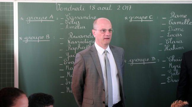 Le ministre de l'Education nationale Jean-Michel Blanquer visite une école le 18 août 2017. – AFP