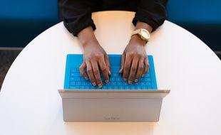 Illustration d'une femme assise, devant une tablette