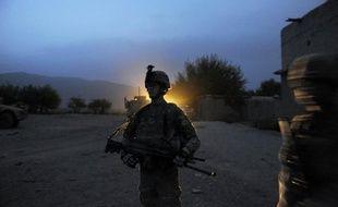 Un civil afghan employé dans une base de l'Otan a tué vendredi trois militaires de l'Otan, le jour même où trois soldats américains ont été tués dans le sud de l'Afghanistan par un policier afghan, a annoncé l'Isaf samedi.