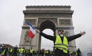 Des «gilets jaunes» devant l'arc de Triomphe, à Paris, le 1er décembre.