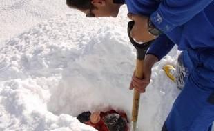 Lors d'un exercice des secours en montagne pour dégager une personne enfouie sous une avalanche, le 20 février 2003.