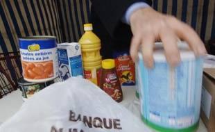 Un bénévole de la banque alimentaire du Calvados collecte des provisions le 24 novembre 2006 à Caen.