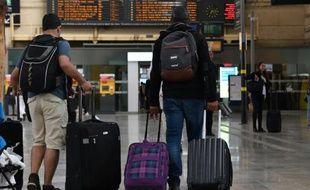 Des voyageurs dans la gare de Saint-Charles à Marseille en fin d'après-midi, le 31 mai 2016
