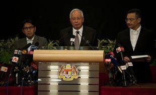 Le Premier ministre malaisien Najib Razak annonce le 24 mars 2014 que le vol MH370 s'est abîmé dans l'océan Indien.