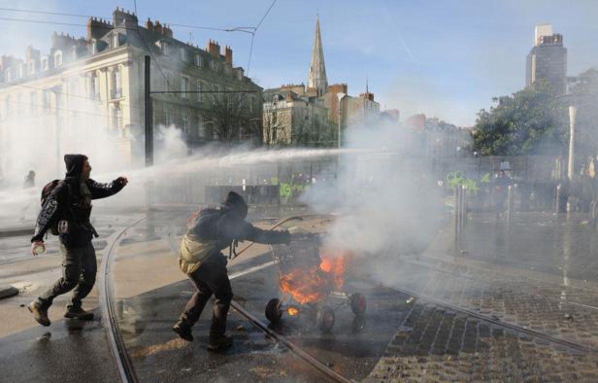 Des heurts entre manifestants et forces de l'ordre à Nantes, après une manifestation d'opposants à l'aéroport de Notre-Dame des Landes, le 22 février 2014. – SALOM-GOMIS SEBASTIEN/SIPA