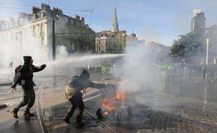Des heurts entre manifestants et forces de l'ordre à Nantes, après une manifestation d'opposants à l'aéroport de Notre-Dame des Landes, le 22 février 2014.
