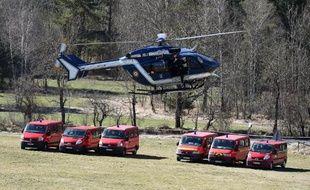 Des hélicoptères de la gendarmerie au décollage le 26 mars 2015 à Seyne-les-Alpes