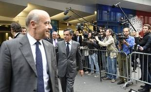 Alain Juppé, Jean-Pierre Raffarin et François Fillon devant le siège de l'UMP à Paris le 10 juin 2014.