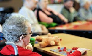 Des personnes âgées en pleine partie de jeux de société dans un EHPAD (établissement d'hébergement pour personnes agées dépendantes) à Lens.