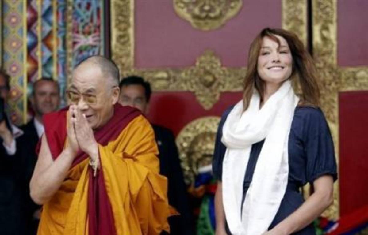 Le dalaï lama a rencontré vendredi l'épouse du chef de l'Etat français, Carla Bruni-Sarkozy, et le ministre des Affaires étrangères Bernard Kouchner, lors de l'inauguration du temple bouddhiste de Lérab Ling à Roqueredonde, sur les hauts plateaux languedociens. – Philippe Laurenson AFP