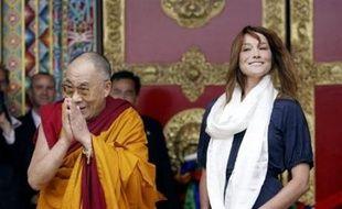 Le dalaï lama a rencontré vendredi l'épouse du chef de l'Etat français, Carla Bruni-Sarkozy, et le ministre des Affaires étrangères Bernard Kouchner, lors de l'inauguration du temple bouddhiste de Lérab Ling à Roqueredonde, sur les hauts plateaux languedociens.