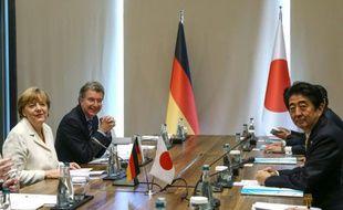 La chancelière allemande ANgela Merkel (g) et le Premier ministre japonais, Shinzo Abe (d), le 16 novembre 2015 au sommet du G20 à Antalya, en Turquie