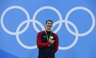 Michael Phelps sur la plus haute marche du podium pour la 20e fois de sa carrière aux JO, après la finale du 200m papillon, le 9 août 2016.