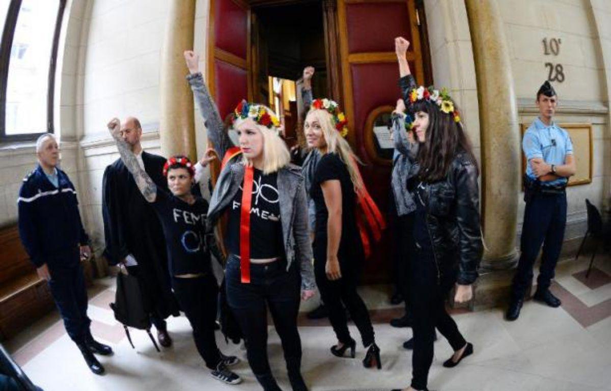 Le tribunal correctionnel de Paris a renvoyé vendredi au 19 février le procès de neuf membres du groupe féministe Femen, poursuivies pour des dégradations sur une cloche de Notre-Dame, en attendant les conclusions de l'enquête sur leur expulsion houleuse de la cathédrale. – Lionel Bonaventure AFP