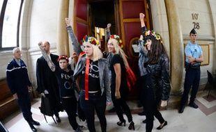 Le tribunal correctionnel de Paris a renvoyé vendredi au 19 février le procès de neuf membres du groupe féministe Femen, poursuivies pour des dégradations sur une cloche de Notre-Dame, en attendant les conclusions de l'enquête sur leur expulsion houleuse de la cathédrale.