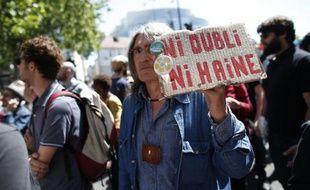 """Un homme tient une pancarte """"ni oubli -ni haine"""" lors d'une manifestation de commémoration de la mort de Clément Méric le 6 juin 2013 à Paris"""