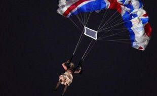 """Ce fut l'image forte de la cérémonie d'ouverture des jeux Olympiques de Londres, lors de cette soirée du 27 juillet à l'humour """"so british"""": Elizabeth II, 86 ans, sautant en parachute au-dessus du stade de Stratford."""
