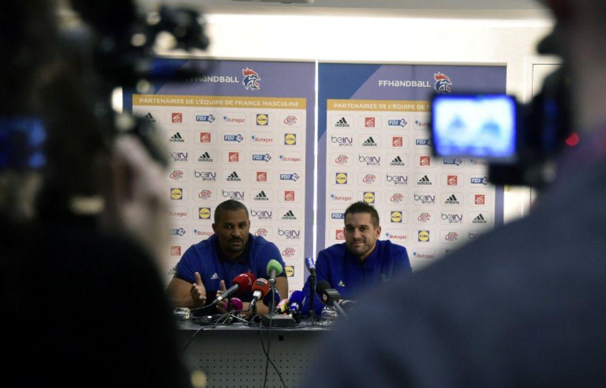Didier Dinart et Guillaume Gille, les deux entraîneurs de l'équipe de handball, le 5 janvier 2017.  – PASCAL PAVANI / AFP