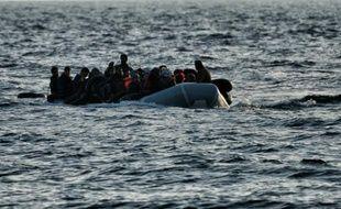 Des réfugiés et des migrants arrivent sur l'île de Lesbos par la mer Egée depuis la Turquie le 29 février 2016