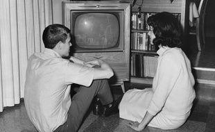 Un couple regardant la télévision.