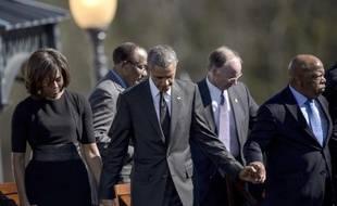 Le couple présidentiel américain prie sur le pont Edmund Pettus à Selma (Alabama), le 7 mars 2015 dans le cadre des commémorations de la marche des droits civiques