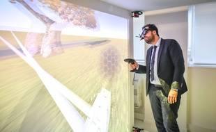 Mounir Mahjoubi a testé des dispositifs de réalité virtuelle à Bordeaux le 12 décembre 2017