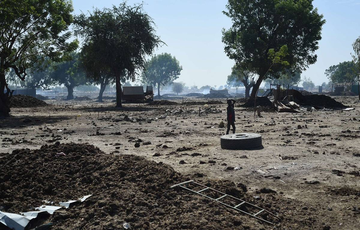 Un enfant marche dans les ruines de Leer, au Soudan du Sud, en décembre 2015. – Jason Patinkin/AP/SIPA