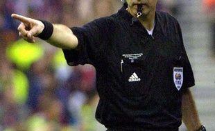 Un arbitre siffle penalty.
