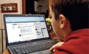 Etre présent sur Facebook permet aux parents de surveiller leurs enfants.