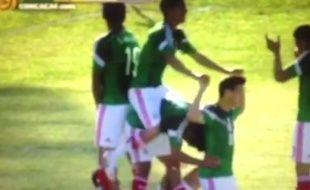 Les joueurs mexicains miment un vélo pour célébrer un but, le 10 janvier 2015.