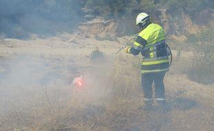 Un pompier éteignant un incendie