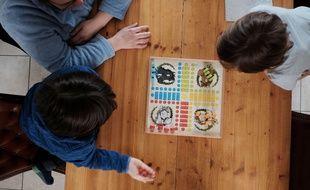 Jeu de société en famille pendant le confinement (photo d'illustration)