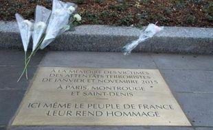 Une plaque commémorative dévoilée, le 10 janvier 2016, place de la République à Paris par François Hollande en mémoire des victimes des attentats de janvier et novembre 2015