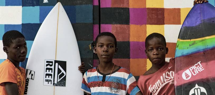 Au Liberia, les planches de surf ont remplacé les fusils d'assaut dans les mains de la jeunesse.