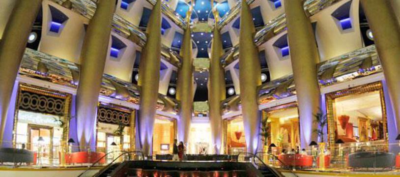 Ouvert en 1999 après seulement cinq années de travaux, le Burj Al-Arab ne possède pas de chambres mais 202 suites en duplex dont la plus petite fait 196 m2.
