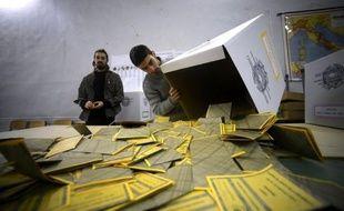 L'Italie semblait se diriger lundi soir vers une impasse et un risque d'ingouvernabilité, avec une Chambre des députés à gauche et un Sénat sans majorité, à l'issue d'élections marquées par le boom de l'ex-comique Beppe Grillo.