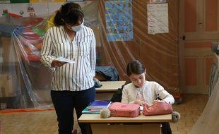 Une élève et son enseignante à Gignac, le 14 mai 2020.