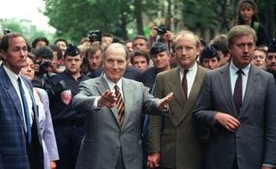 François Mitterrand, accompagné du ministre des Affaires étrangères Hubert, le 14 mai 1990 à Paris.
